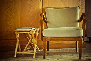 Oude stoel in huis opruimen