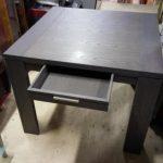 grijze eettafel/bureau met lade