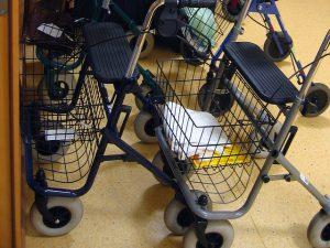 rollators in gang verpleeghuis