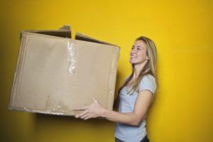vrouw met verhuisdoos