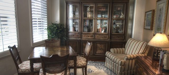 Woningontruiming van het overvolle huis van je ouders